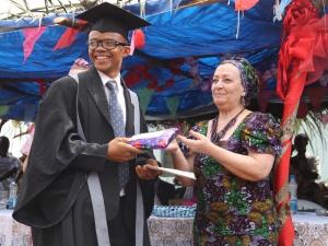 Entrega de los diplomas de la Graduación