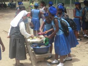 El día 14 de Abril se abrieron otra vez las escuelas en todo el país