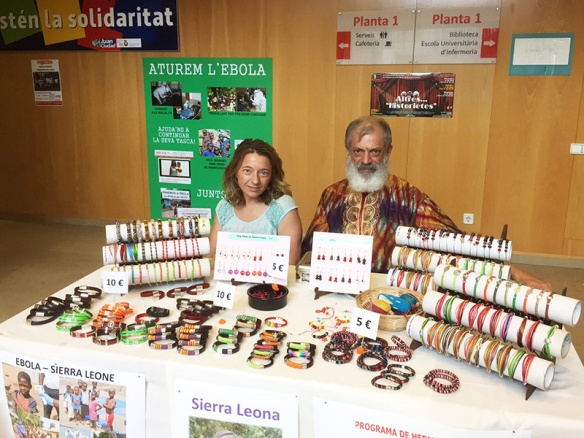 Marta Millet y el Hno Fernando en un momento de la venta.