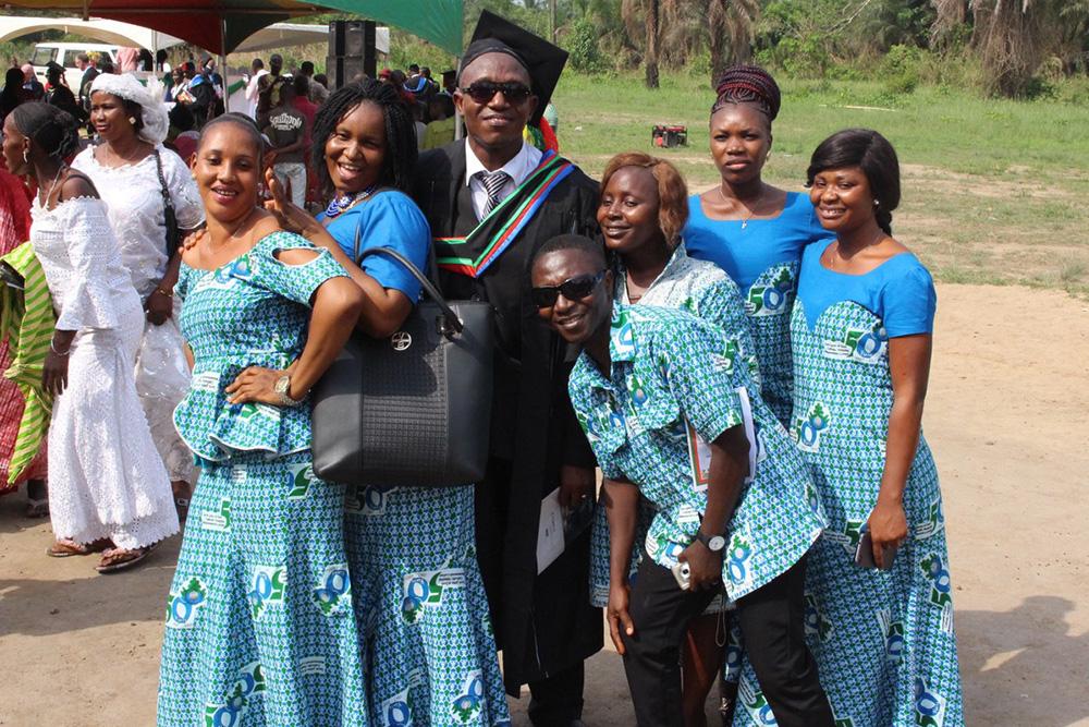 Los trabajadores del Hospital dando apoyo a su compañero recién graduado