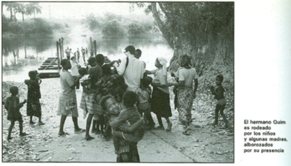 El hermano Quim es rodeado por los niños y algunas madres, alborozados por su presencia.