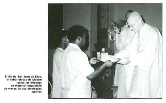 El día de San Juan de Dios el obispo de Makeni recibe las ofrendas de material hospitalariode manos de los empleados nativos.