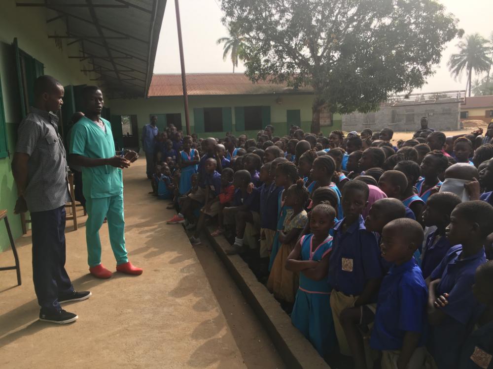 Charla de formación bucodental a niños y niñas de la zona