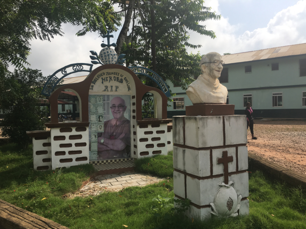 Monumento a los profesionales caídos en la epidemia del Ébola
