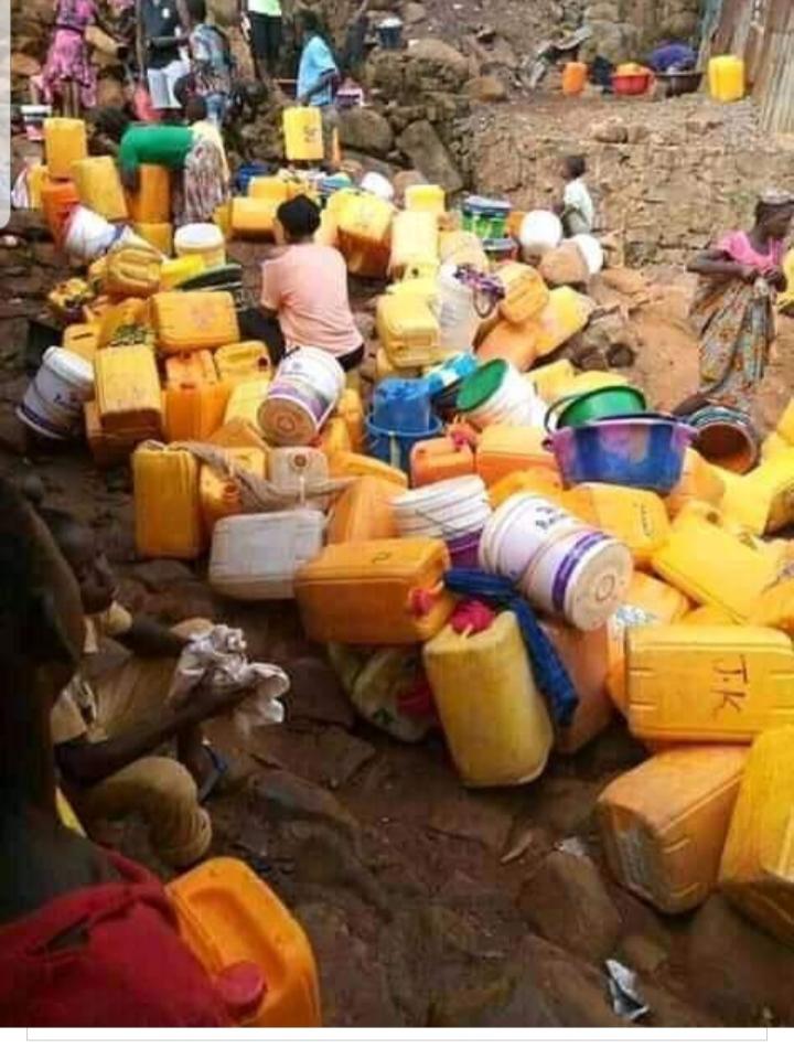La población de Sierra Leona hace acopio de agua.