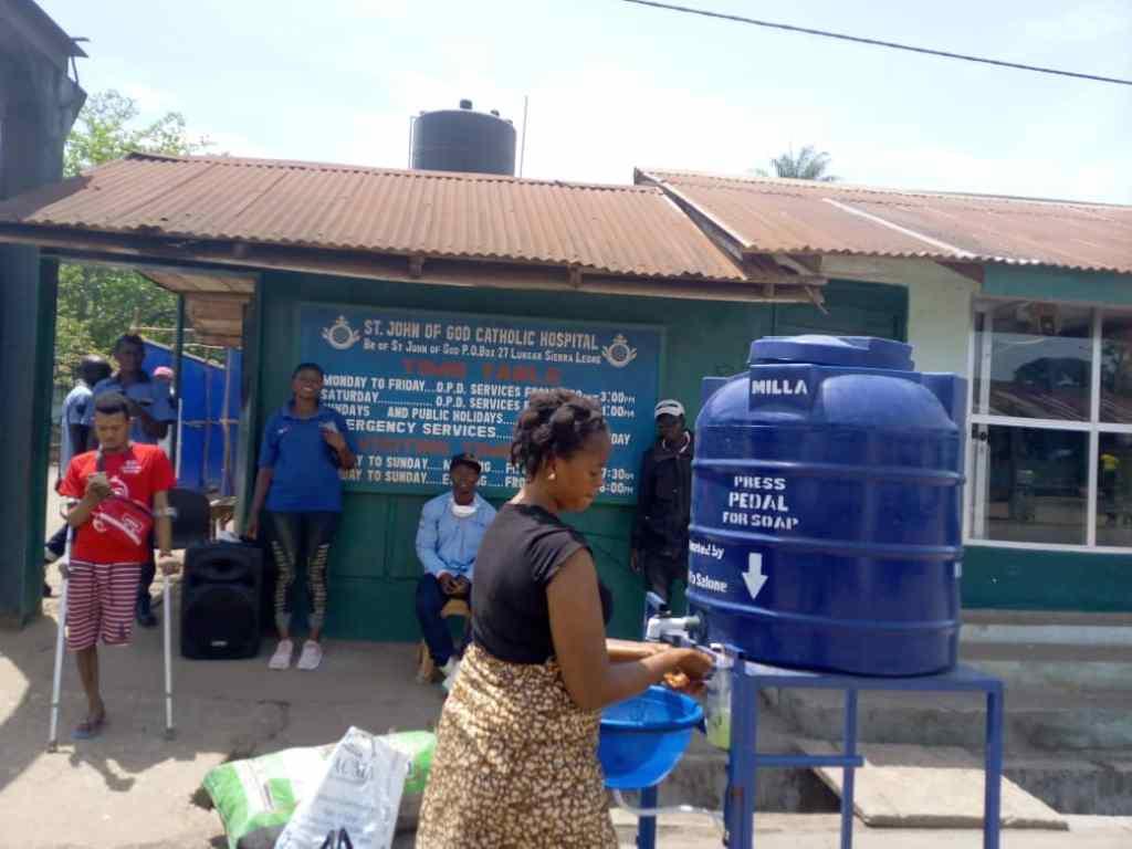 Preparativos en el Sanit John Catholic Hospital de Mabesseneh ante la posible escalada de la pandemia por Covid-19. Entrada al recinto del Hospital.