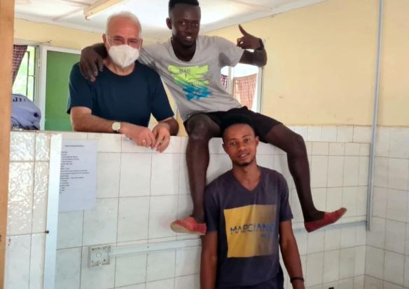 Está el Sr. Juan voluntario instalando el mueble y rayos X