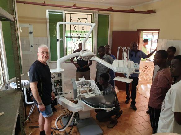 El Sr. Juan instalando el sillón dental, en marzo 2020