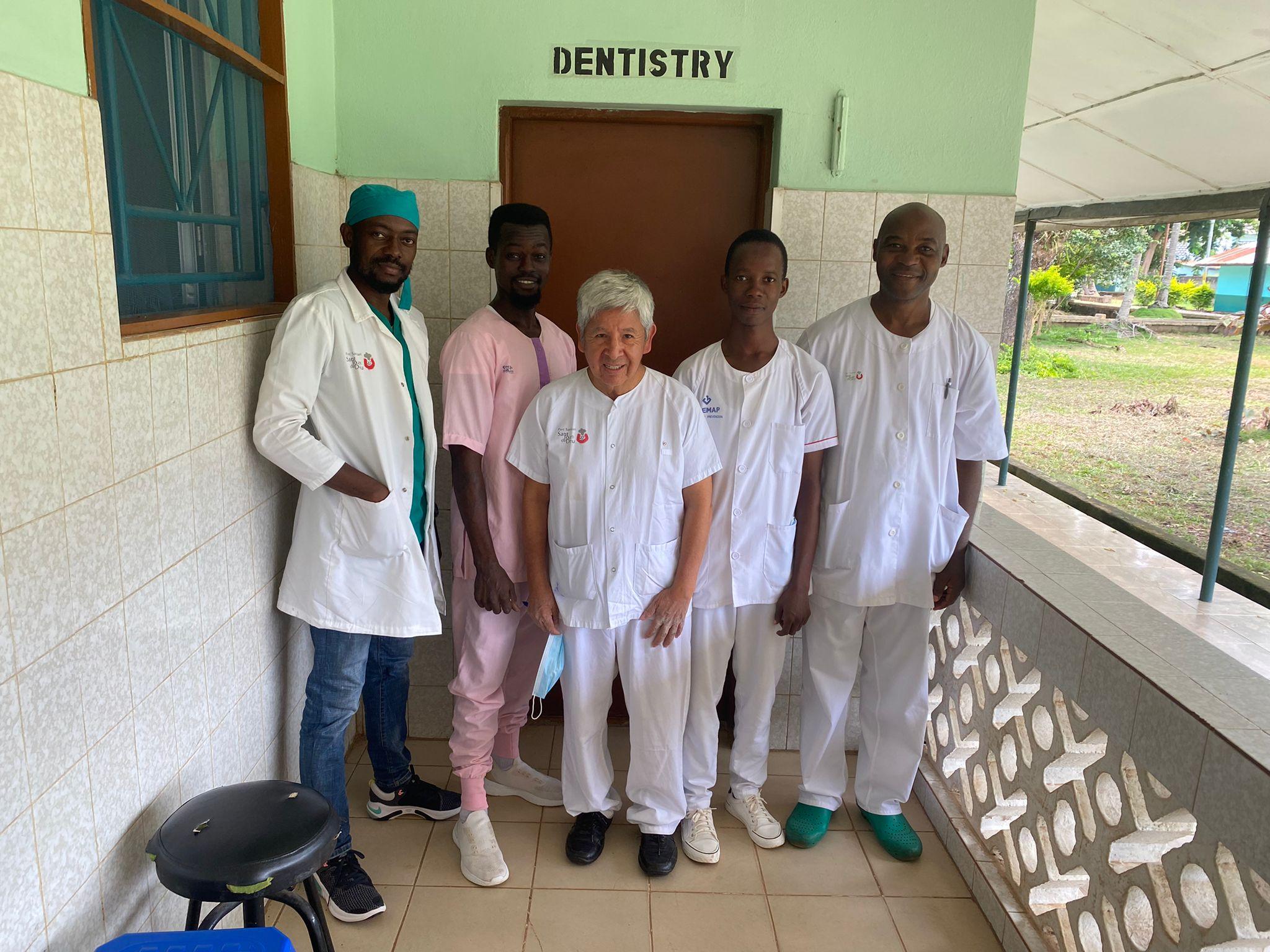 Dr. Anders, Hermano Michel Eke y los auxiliares Aruna y Alhasam junto con el Dr. Abel Cahuana