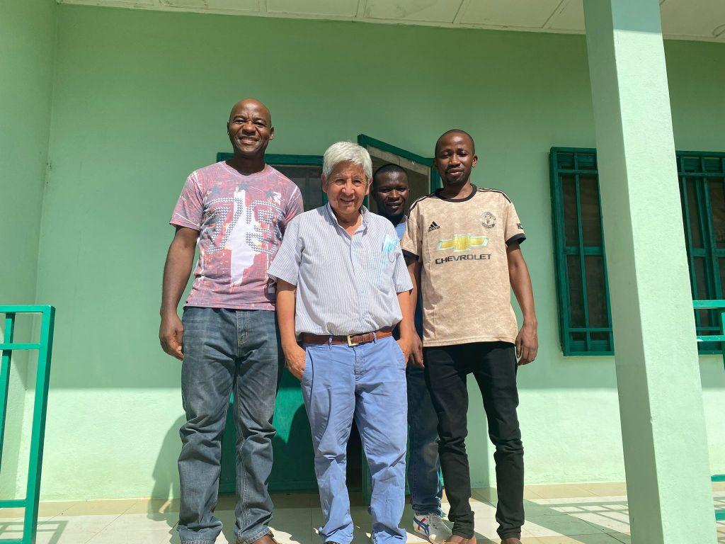 Hermano Michel y John en la clínica de Lungi junto con el Dr. Abel Cahuana