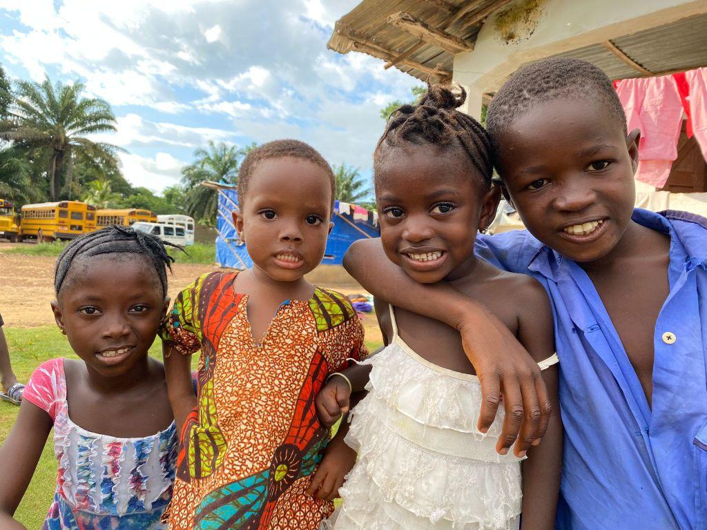 Niños de los poblados cercanos al hospital de Mabesseneh